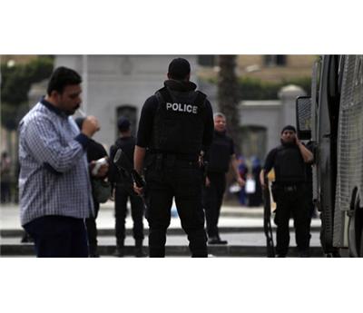 هجوم مركبة للشرطة 152910012015051341.jpg