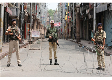 ثلاثة عناصر شرطة الاحتلال الهندي 152917082020013720.jpeg