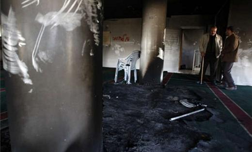 محتلون يضرمون النار مسجد بالضفة 152925022015092959.jpg