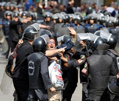 القضاء المصري يحاكم صحفيين الجزيرة 201021.jpg