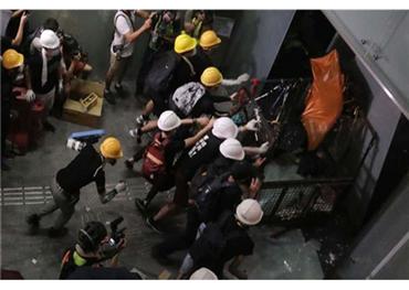 متظاهرون يقتحمون مبنى البرلمان هونغ 733701072019063540.jpg